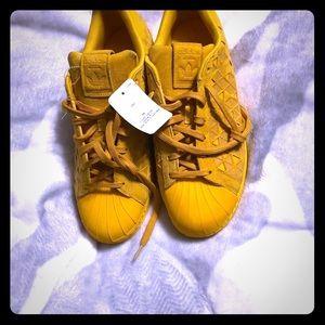 Men's mustard color Adidas tennis shoes